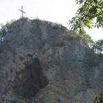 Skála s vyhlídkou u kříže a s jeskyní