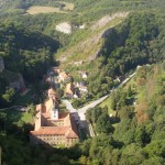Z vyhlídky u kříže je nádherný výhled na údolí obce